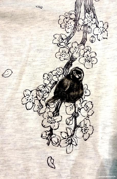 Uccello nero su ramo